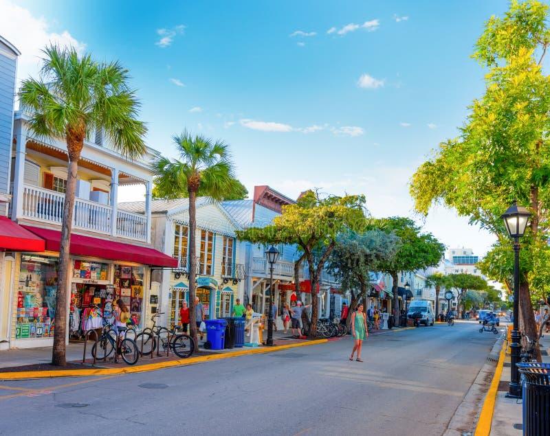 Άνθρωποι στην οδό Duval κάτω από έναν μπλε ουρανό στοκ φωτογραφία με δικαίωμα ελεύθερης χρήσης