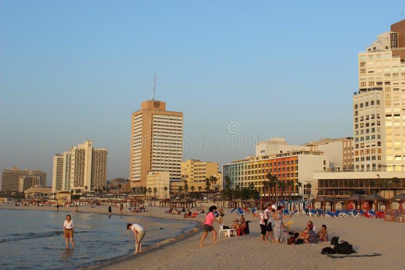 Άνθρωποι στην παραλία στο Τελ Αβίβ, Ισραήλ στοκ εικόνα