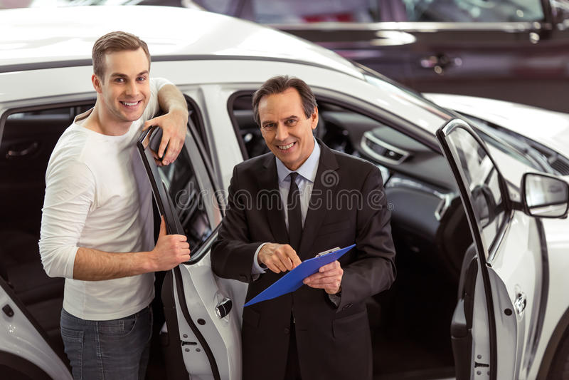 Άνθρωποι στη έκθεση αυτοκινήτου στοκ φωτογραφία