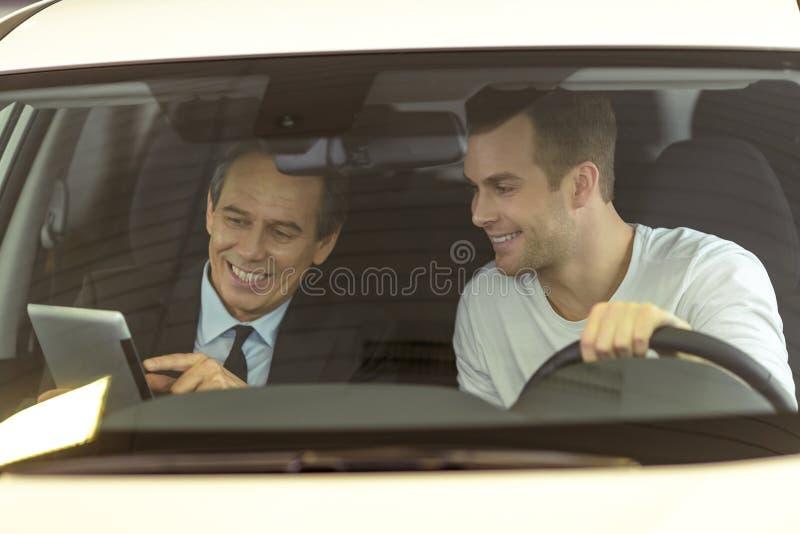 Άνθρωποι στη έκθεση αυτοκινήτου στοκ εικόνα