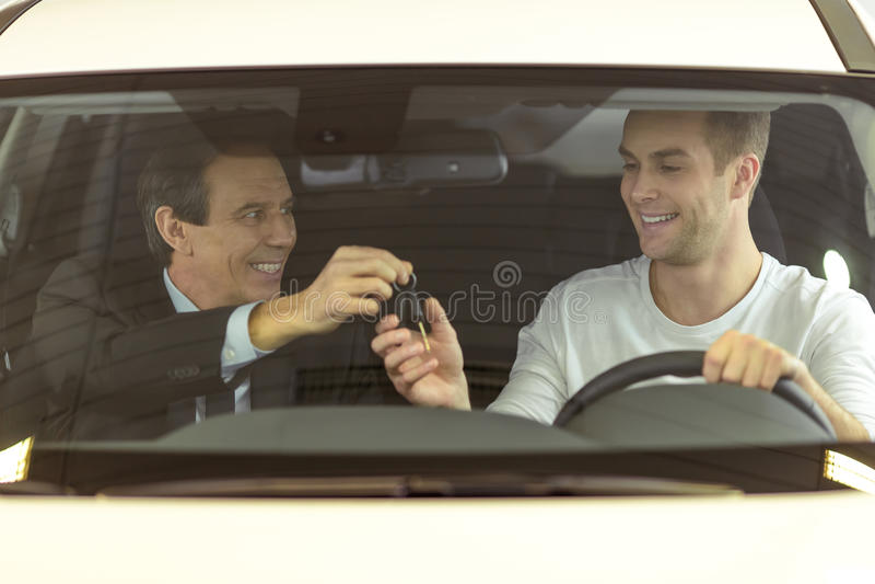Άνθρωποι στη έκθεση αυτοκινήτου στοκ εικόνες