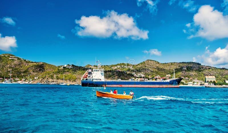 Άνθρωποι στη βάρκα, μεγάλο φορτηγό πλοίο, γαλλικό νησί, Άγιος Barth lemy στοκ φωτογραφίες