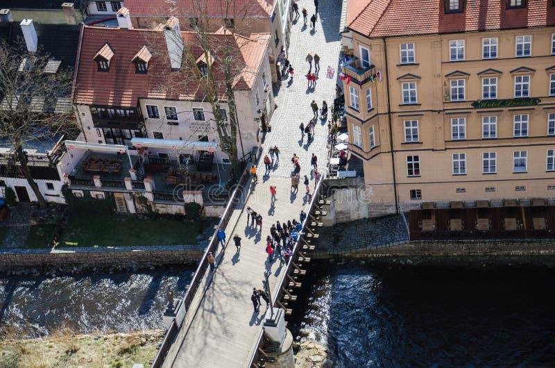 Άνθρωποι στη γέφυρα, Cesky Krumlov στοκ εικόνες με δικαίωμα ελεύθερης χρήσης