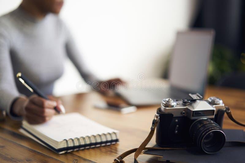 Άνθρωποι στη συνεδρίαση εργασίας στο θολωμένο υπόβαθρο που λειτουργεί χρησιμοποιώντας το lap-top στοκ φωτογραφία με δικαίωμα ελεύθερης χρήσης