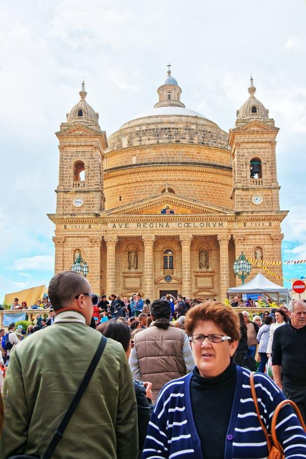 Άνθρωποι στη Rotunda εκκλησία θόλων Mosta Μάλτα στοκ εικόνες