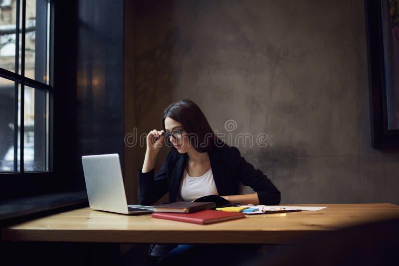 Άνθρωποι στις ανατροφοδοτήσεις εργασίας με τα σημάδια που χρησιμοποιούν το lap-top και το wifi στοκ εικόνα