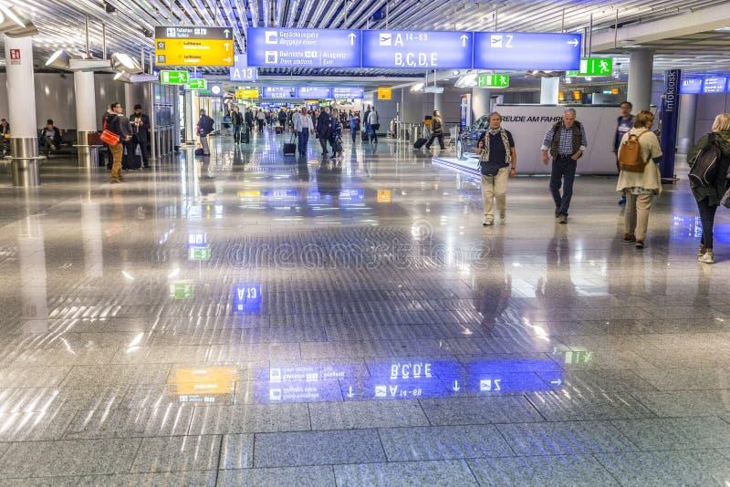 Άνθρωποι στον αερολιμένα της Φρανκφούρτης στη Φρανκφούρτη στοκ φωτογραφία με δικαίωμα ελεύθερης χρήσης