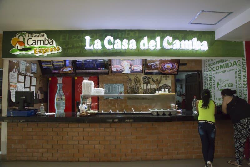 Άνθρωποι στον καφέ γρήγορου φαγητού των παραδοσιακών βολιβιανών τροφίμων στοκ εικόνες με δικαίωμα ελεύθερης χρήσης