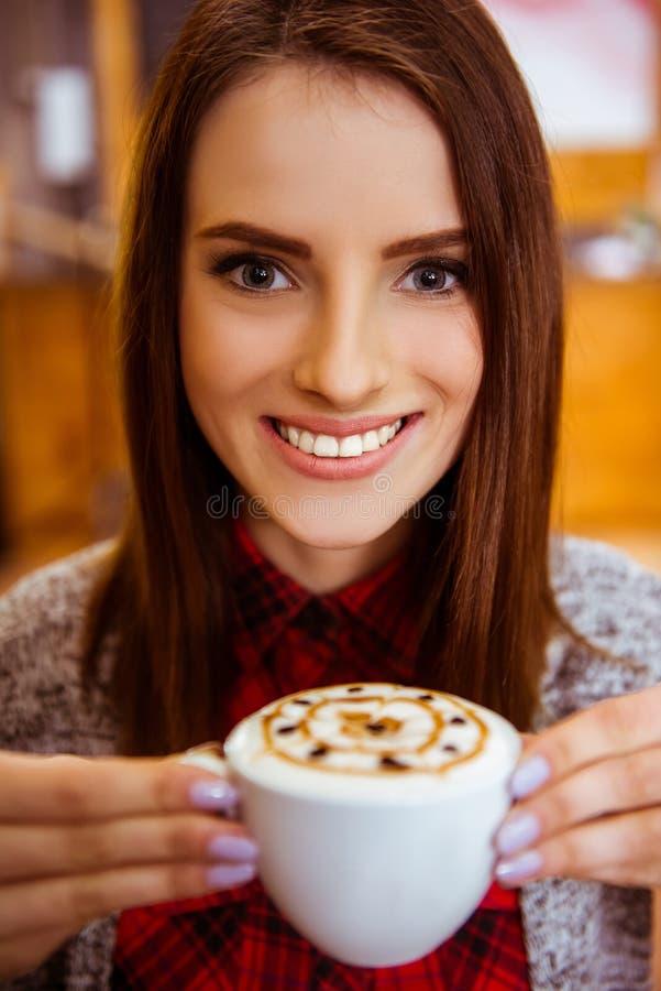 Άνθρωποι στον καφέ στοκ εικόνες