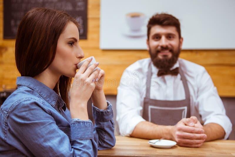 Άνθρωποι στον καφέ στοκ εικόνα με δικαίωμα ελεύθερης χρήσης