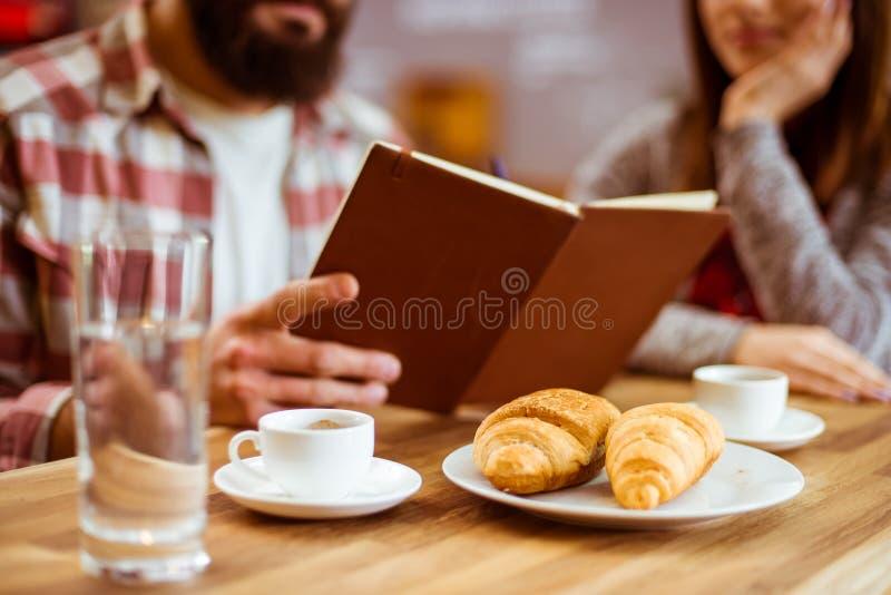 Άνθρωποι στον καφέ στοκ φωτογραφίες