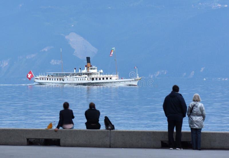 Άνθρωποι στο ανάχωμα στη λίμνη Γενεύη στη Λωζάνη με την κρουαζιέρα στοκ φωτογραφίες με δικαίωμα ελεύθερης χρήσης