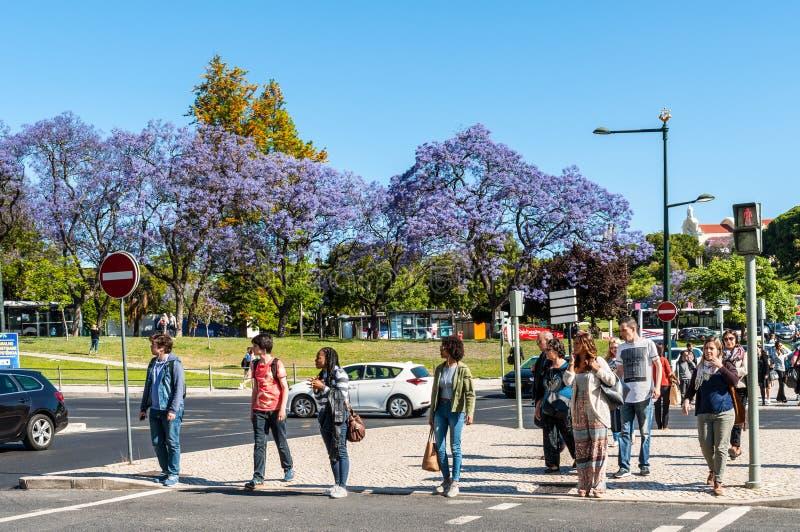 Άνθρωποι στο για τους πεζούς πέρασμα στη Λισσαβώνα, Πορτογαλία στοκ εικόνα