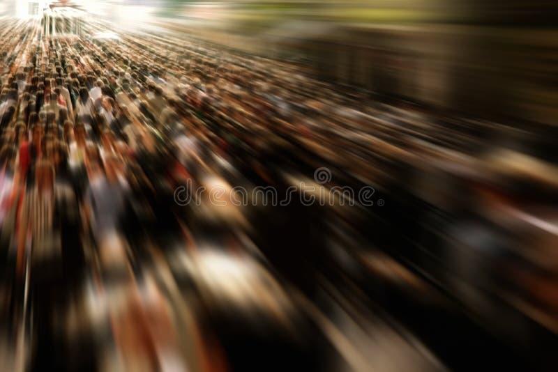 Άνθρωποι στο δρόμο με έντονη κίνηση στοκ εικόνα με δικαίωμα ελεύθερης χρήσης