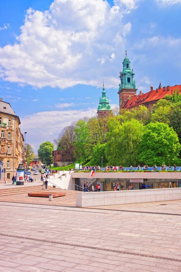 Άνθρωποι στο κέντρο πόλεων της Κρακοβίας με Wawel Castle στοκ εικόνες