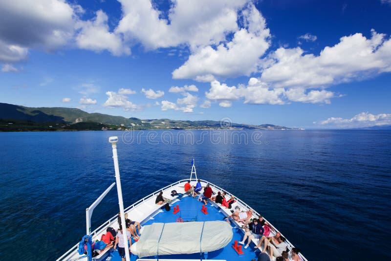 Άνθρωποι στο κατάστρωμα ενός πλοίου στοκ φωτογραφία με δικαίωμα ελεύθερης χρήσης