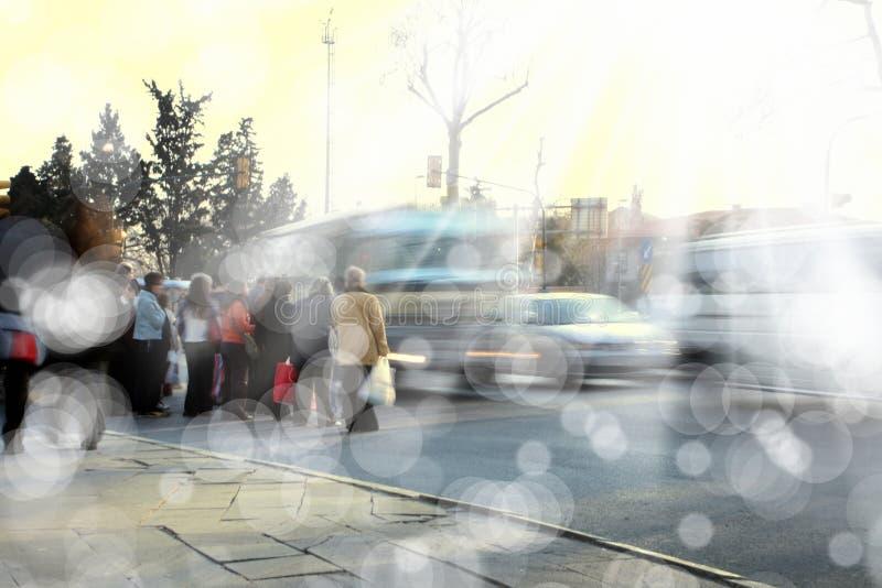 Άνθρωποι στο δρόμο με έντονη κίνηση στοκ φωτογραφία με δικαίωμα ελεύθερης χρήσης