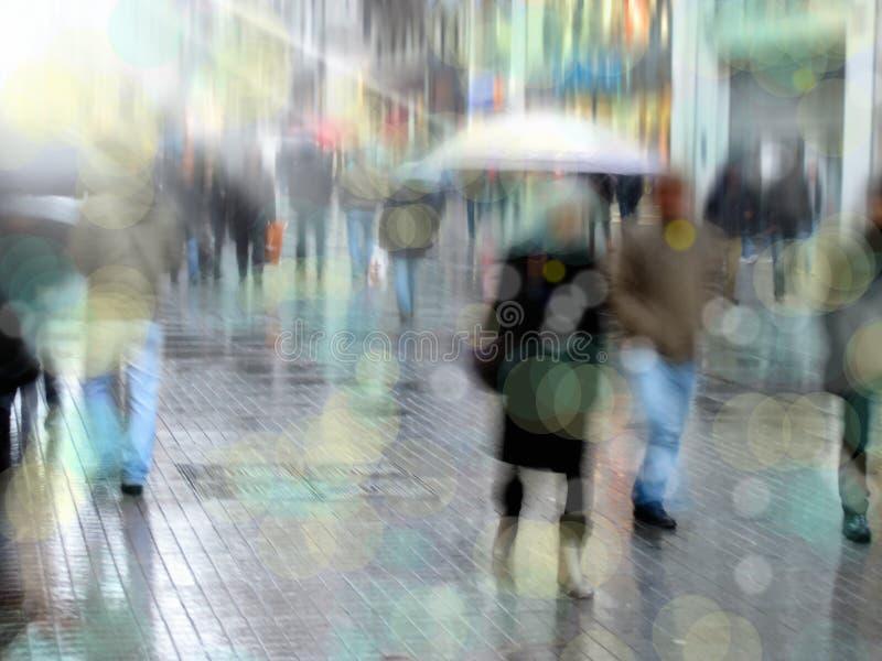 Άνθρωποι στο δρόμο με έντονη κίνηση στοκ εικόνες με δικαίωμα ελεύθερης χρήσης