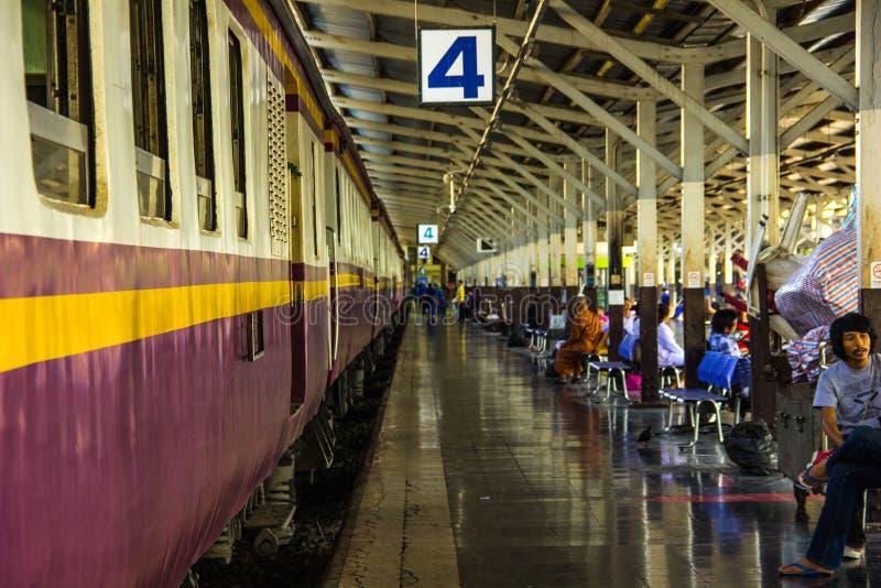 Άνθρωποι στο σταθμό τρένου στοκ φωτογραφία