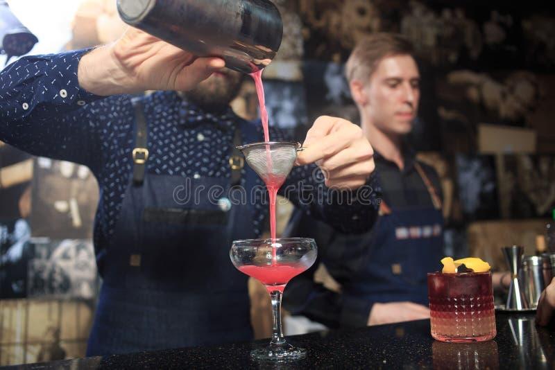 Download Άνθρωποι στο φραγμό Λέσχη νύχτας Sparklers Στοκ Εικόνες - εικόνα από λέσχη, φιλία: 62724722