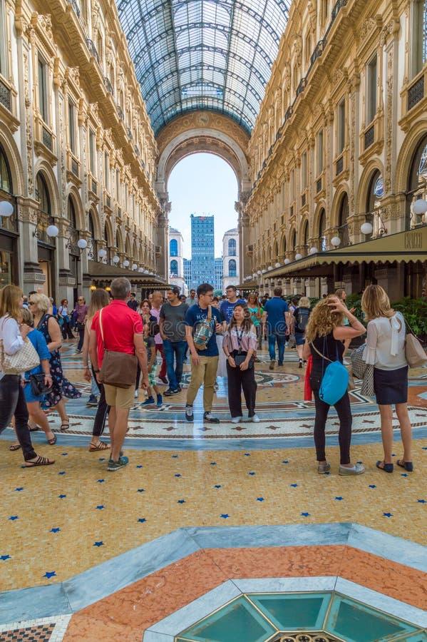 Άνθρωποι στο galleria Vittorio Emanuele ΙΙ στοκ φωτογραφίες με δικαίωμα ελεύθερης χρήσης