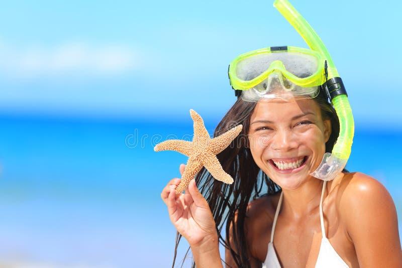 Άνθρωποι ταξιδιού παραλιών - η γυναίκα με κολυμπά με αναπνευτήρα στοκ εικόνες
