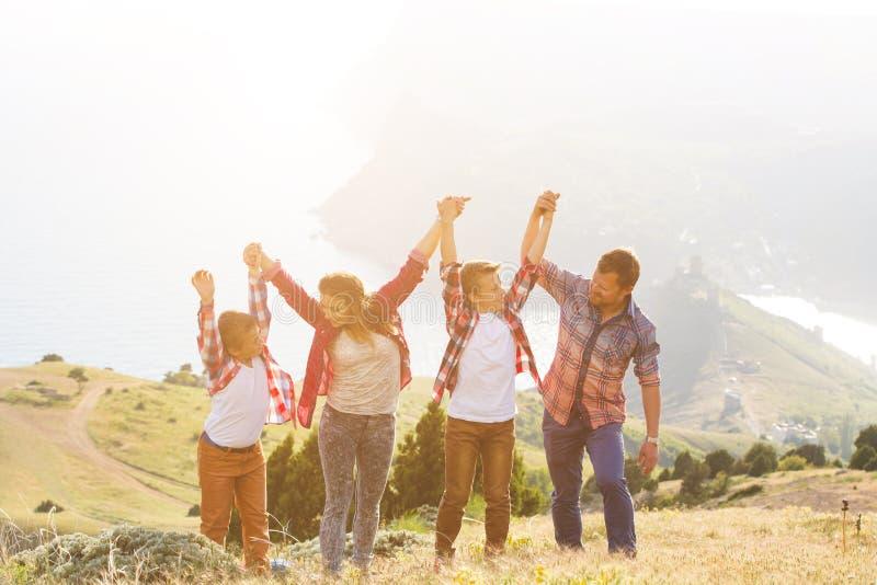 Άνθρωποι τετραμελών οικογενειών που κοιτάζουν όμορφο seascape στα βουνά στοκ φωτογραφία με δικαίωμα ελεύθερης χρήσης
