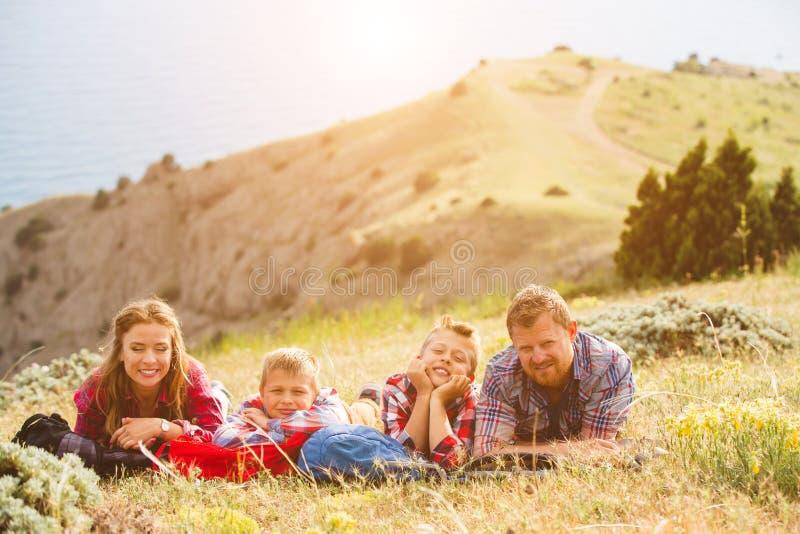 Άνθρωποι τετραμελών οικογενειών που κοιτάζουν όμορφο seascape στα βουνά στοκ εικόνα με δικαίωμα ελεύθερης χρήσης