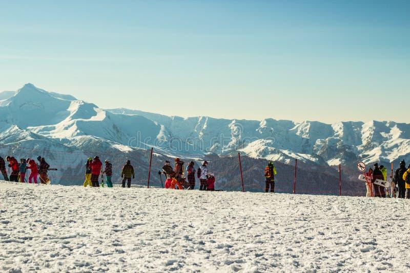 Άνθρωποι του Sochi, Ρωσία που κάνουν σκι και που στο χιονοδρομικό κέντρο Rosa Khutor στοκ φωτογραφίες
