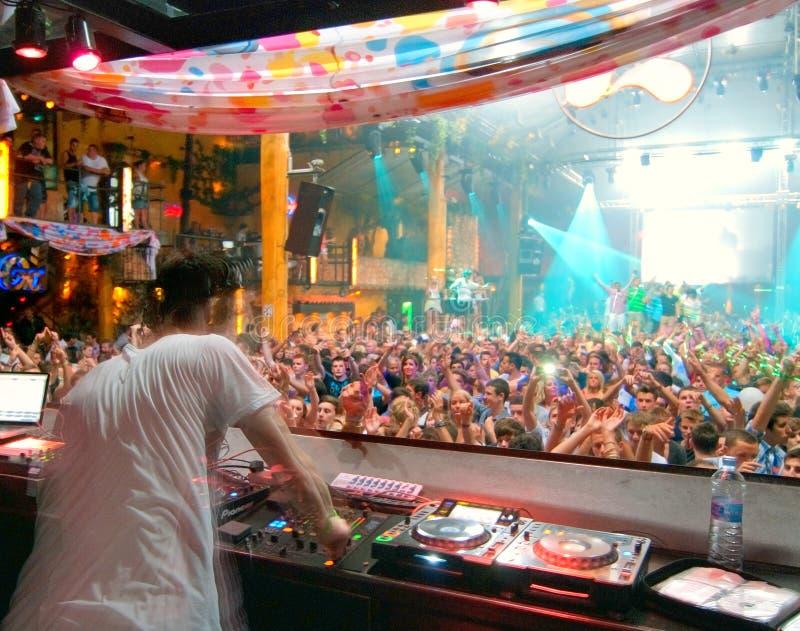 Άνθρωποι χορεύοντας DJ Ibiza συμβαλλόμενου μέρους στοκ εικόνα