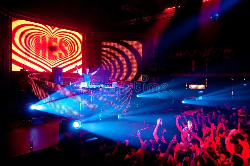 Άνθρωποι χορεύοντας DJ Ibiza συμβαλλόμενου μέρους   στοκ φωτογραφίες με δικαίωμα ελεύθερης χρήσης