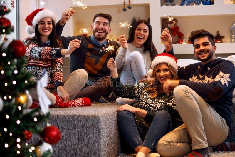 Άνθρωποι Χριστουγέννων sparklers- που απολαμβάνουν το κόμμα στα Χριστούγεννα στοκ φωτογραφίες με δικαίωμα ελεύθερης χρήσης