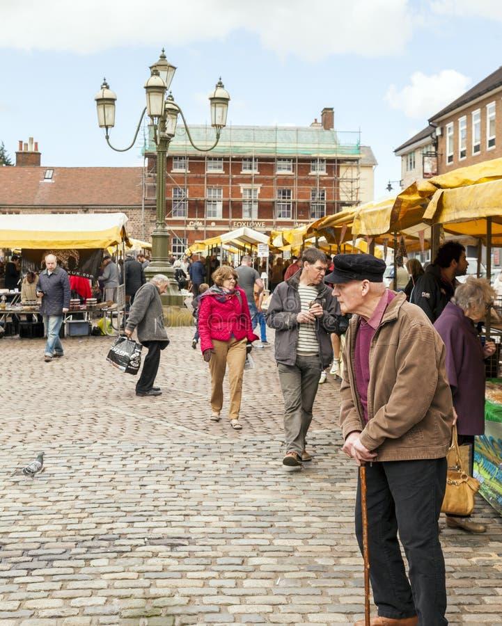 Άνθρωποι όλων των ηλικιών που ψωνίζουν στην υπαίθρια αγορά πράσων στοκ εικόνες