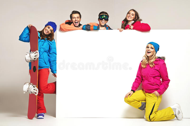 Άνθρωποι Lauhging με το χειμερινό εξοπλισμό στοκ φωτογραφίες
