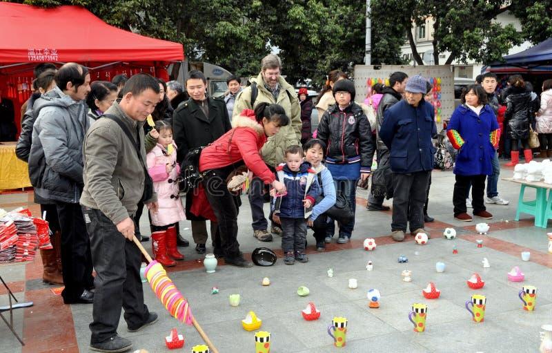 άνθρωποι pengzhou της Κίνας που παίζουν την εκτίναξη δαχτυλιδιών στοκ φωτογραφία