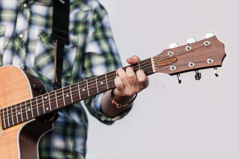 άνθρωπος εκμετάλλευσης χεριών κιθάρων στοκ εικόνα