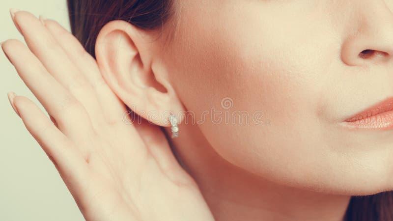 Άνθρωπος κουτσομπολιού που κρυφακούει με το χέρι στο αυτί στοκ εικόνα με δικαίωμα ελεύθερης χρήσης