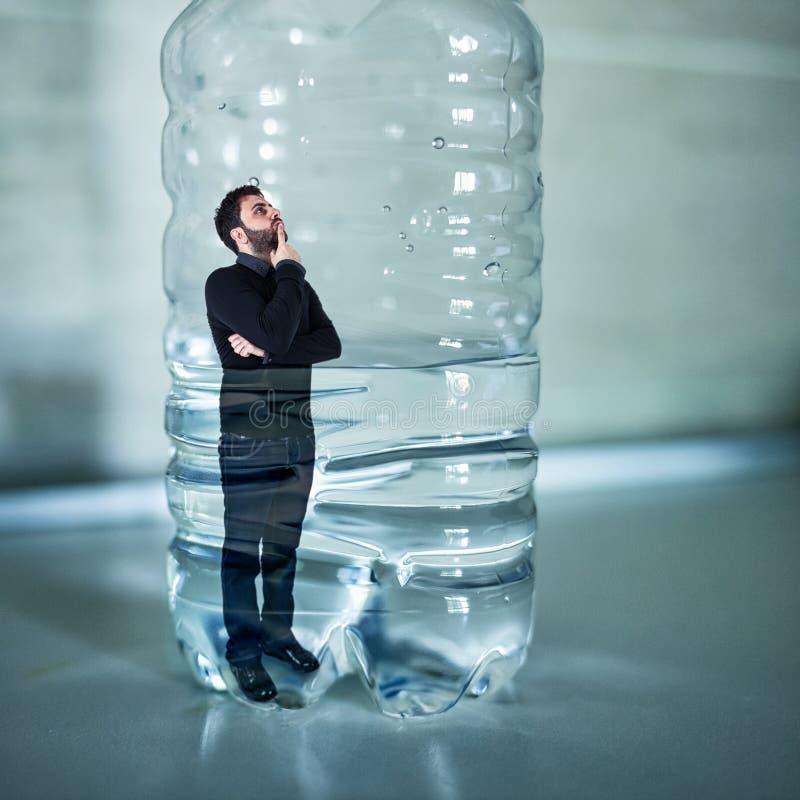 Άνθρωπος παγιδευμένος μέσα σε πλαστικό μπουκάλι Έννοια χωρίς πλαστικό στοκ φωτογραφία με δικαίωμα ελεύθερης χρήσης
