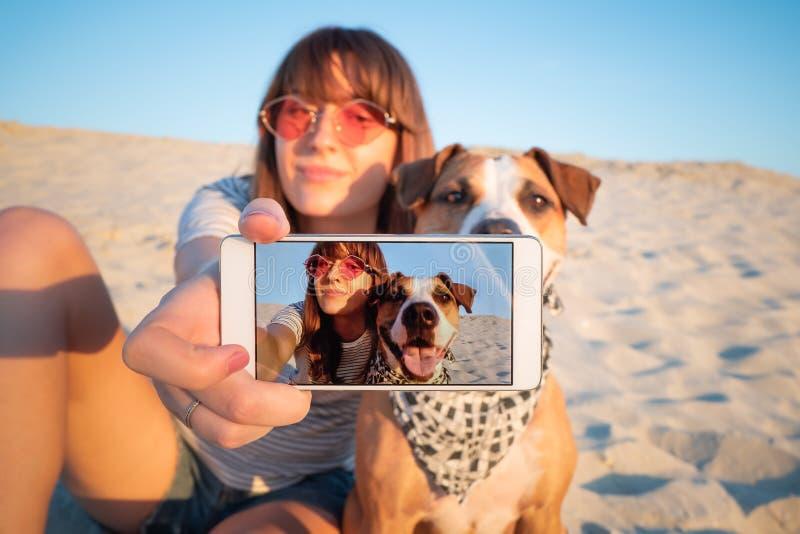 Άνθρωπος που παίρνει ένα selfie με το σκυλί Έννοια καλύτερων φίλων: νέο fema στοκ εικόνα
