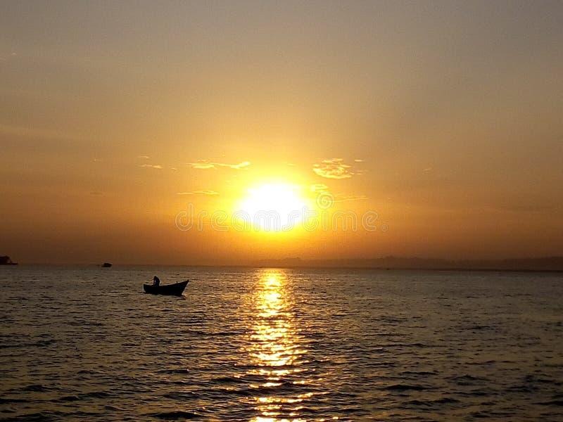 Άνοδος ήλιων πρωινού που απεικονίζει στο νερό ενώ ο ψαράς είναι πολυάσχολος στοκ εικόνα με δικαίωμα ελεύθερης χρήσης