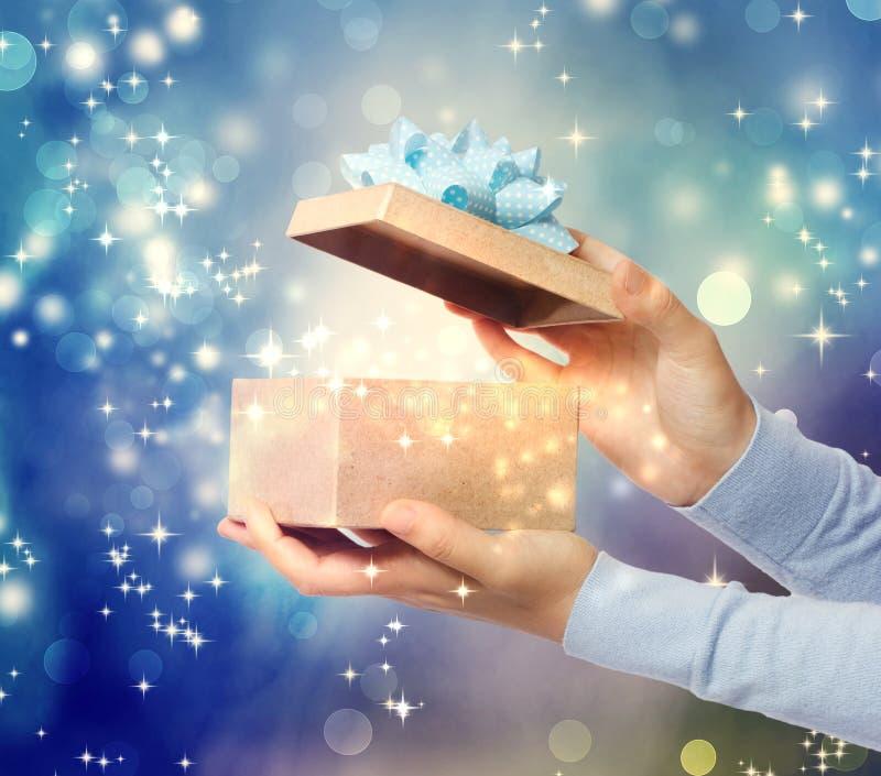 Άνοιγμα ενός ειδικού δώρου στοκ φωτογραφίες