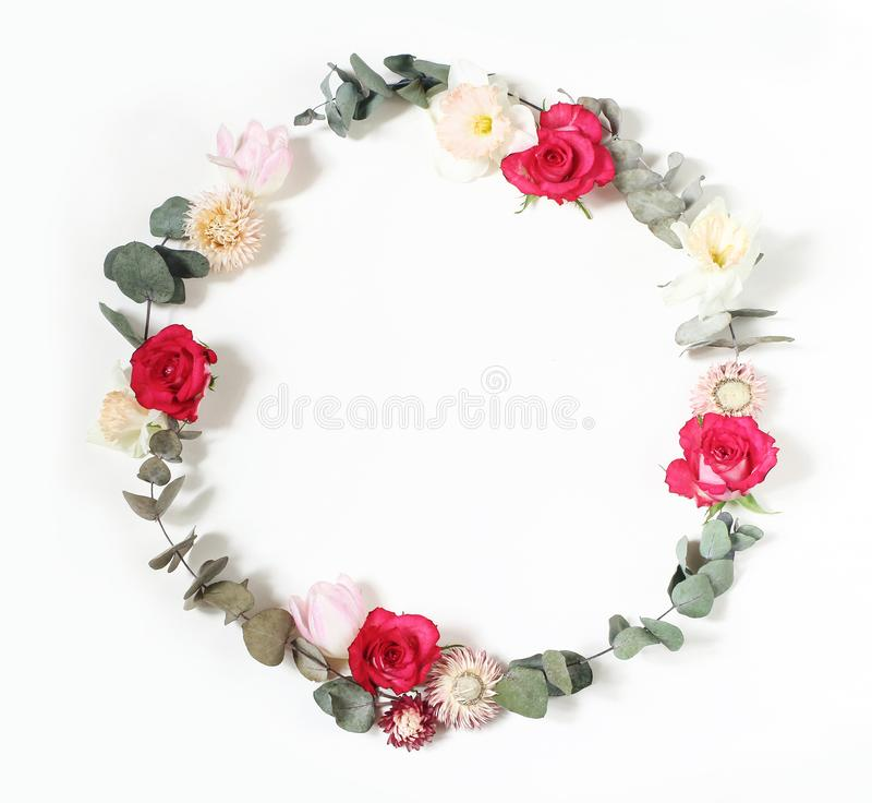 Άνοιξη, θηλυκή ορισμένη σκηνή Πάσχας, floral σύνθεση Στρογγυλό στεφάνι πλαισίων φιαγμένο από ρόδινα τριαντάφυλλα, τουλίπες, daffo στοκ φωτογραφία