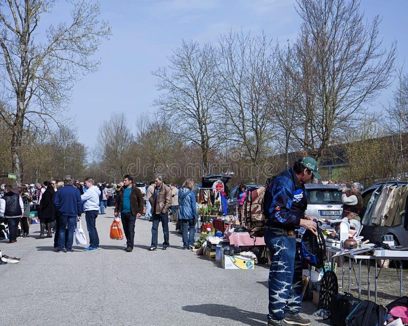 Άνοιξη και το πρωί της Κυριακής: περίπατος αγοραστών ήρεμος στον ανοικτό στοκ εικόνες