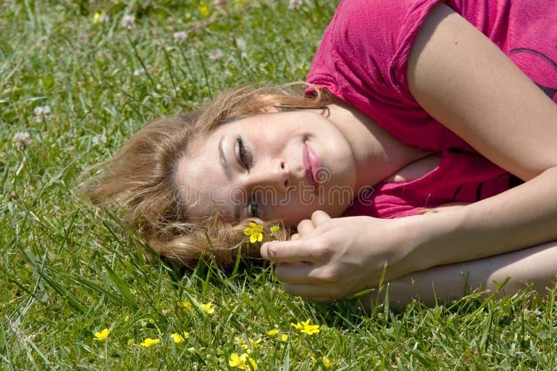 άνοιξη κοριτσιών λουλο&upsil στοκ εικόνα