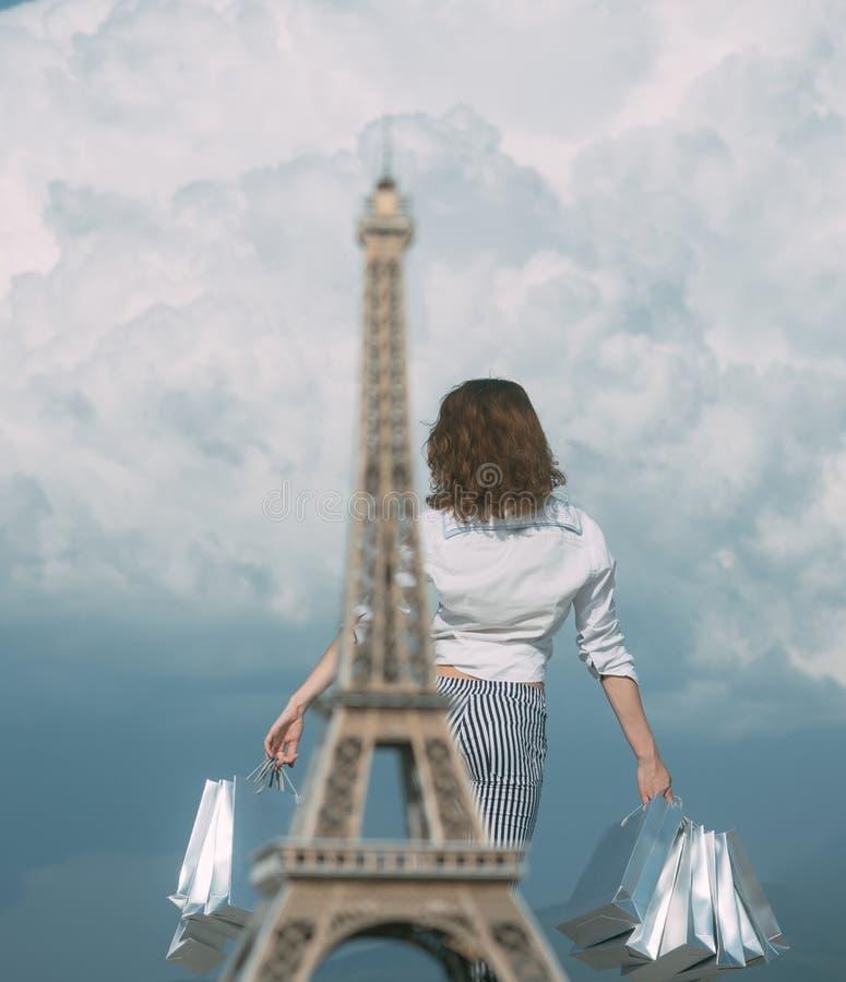 Άνοιξη που ψωνίζει στη Γαλλία Ευτυχείς αγορές κοριτσιών Τσάντες και πώληση αγορών στοκ εικόνες με δικαίωμα ελεύθερης χρήσης