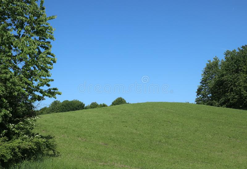 Άνοιξη στον πράσινους λόφο και το μπλε ουρανό της Βαυαρίας στοκ εικόνα με δικαίωμα ελεύθερης χρήσης