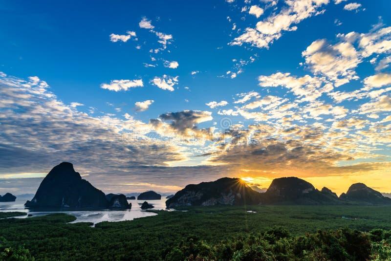Άνοδος ήλιων και φανταστικός ουρανός πέρα από το βουνό στοκ φωτογραφία με δικαίωμα ελεύθερης χρήσης