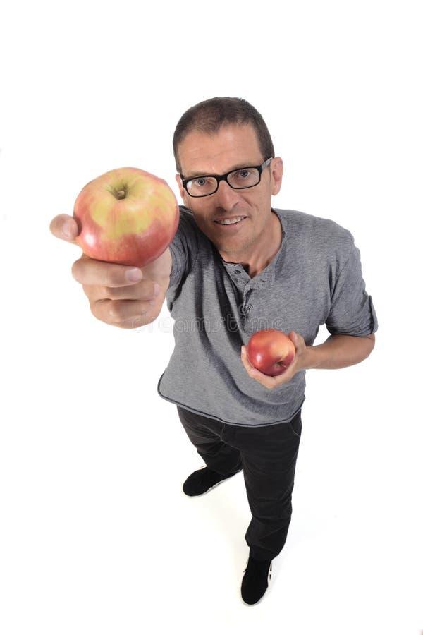 Άντρας με μήλο σε λευκό φόντο στοκ φωτογραφία με δικαίωμα ελεύθερης χρήσης