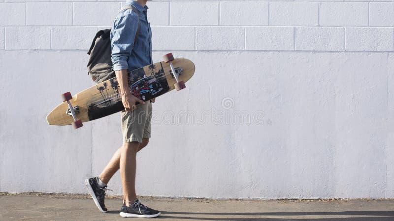 Άντρας Με Μπλε Κορυφή Που Κουβαλάει Ένα Παραγάδι στοκ φωτογραφίες
