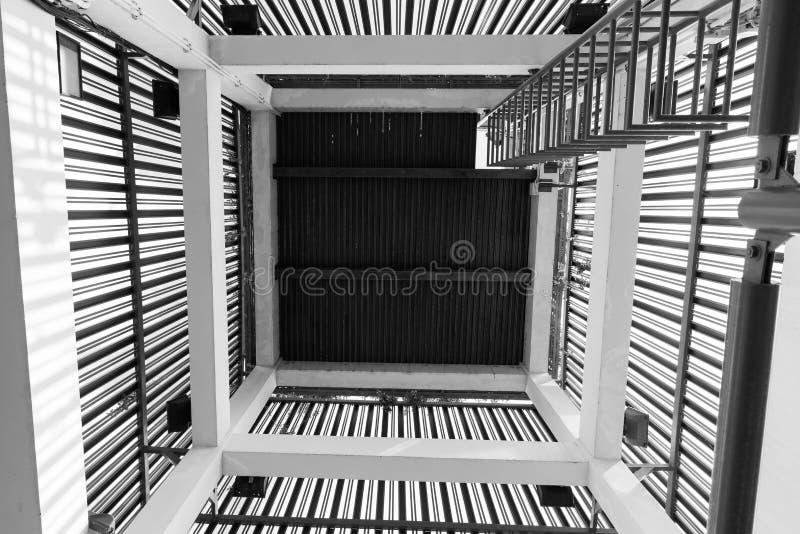 Άνω πλευρά και κάτω άποψη μιας παλαιάς σπειροειδούς σκάλας στοκ φωτογραφία με δικαίωμα ελεύθερης χρήσης
